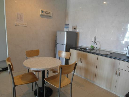 Golden View Serviced Apartments: kitchen