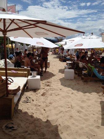 Taiko: Colchões na areia da praia