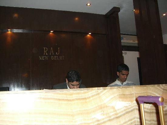 FabHotel Raj Paharganj: reception desk