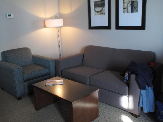 BEST WESTERN PLUS Revelstoke: Room 422 Dlx King Sitting Area
