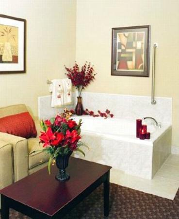 BEST WESTERN PLUS Mansfield Inn & Suites: Whirlpool Suite