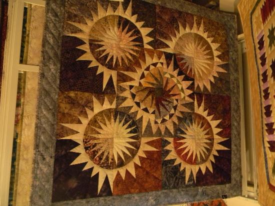 Inn at Kitchen Kettle Village: So many quilts to see....So little time !!!