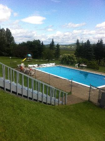 Canada's Best Value Inn & Suites Woodstock: OUTDOOR HEATED SWIMMING POOL