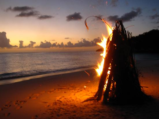 Shannas Cove Resort: Sunset beach fire with guests
