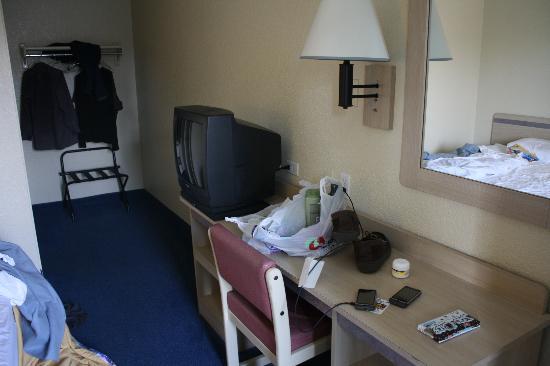 Motel 6 Ventura Beach : TV, mirror, and desk