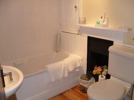The Chantry Hotel: Clean bathroom