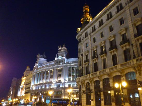 Madrid, Espagne : the elegant alcala street at night