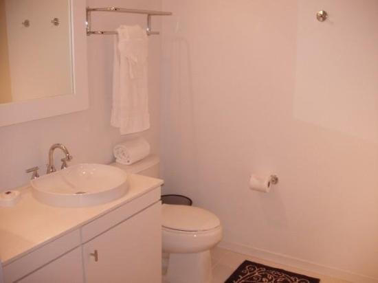 Eitel Building: Bathroom