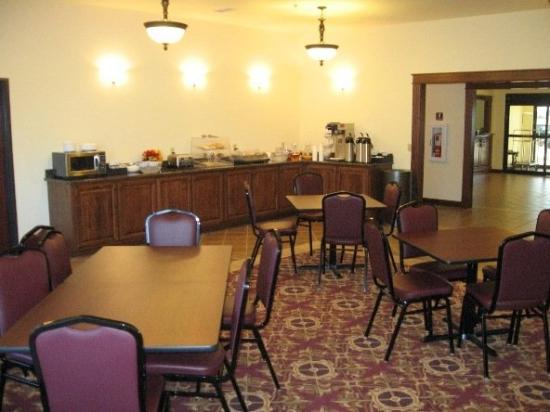 Settle Inn & Suites Linn: Breakfast Area