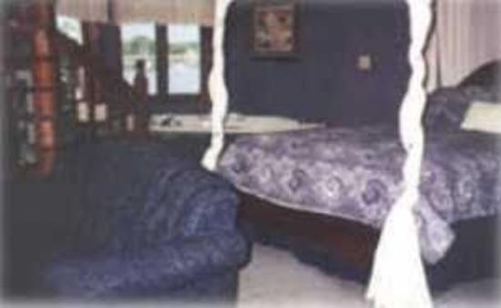 Snug Harbor Inn: Guest Room