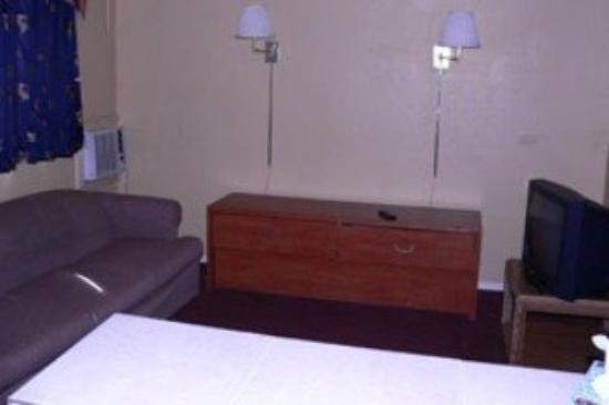 Budget Host Frontier Inn: Suite Living Rm