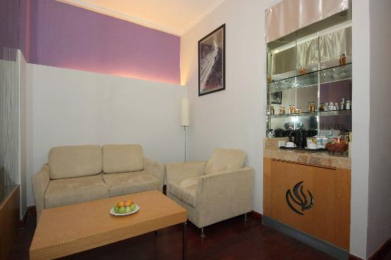 TTC Hotel Premium - Ngoc Lan: Sitting area in our Deluxe room..