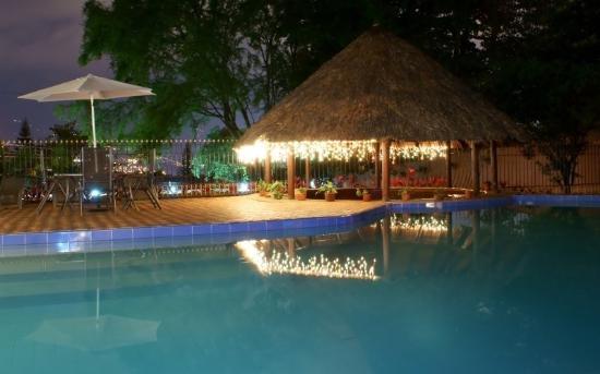 Hotel La Casa Medellin: Poolnight