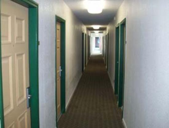 Discovery Inn: Corridor