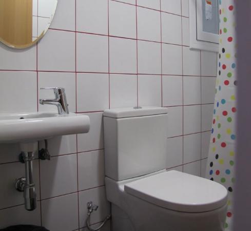 Hostal Athenas: Bathroom