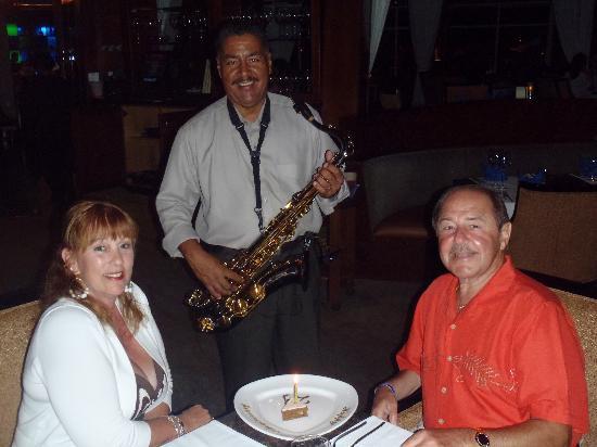 Windows on Aruba Restaurant : Anniversary serenade
