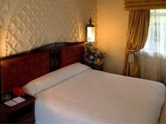 Kadoma Hotel and Conference Center: Guest Room