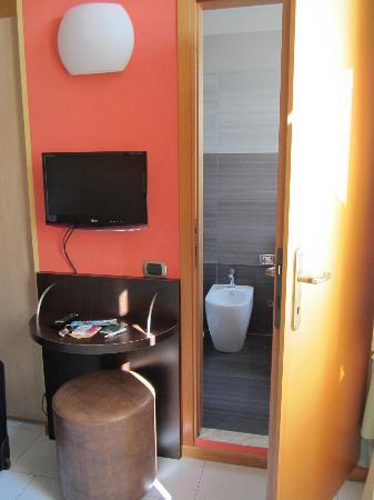 design tv  bagno  foto di hotel tirrenia, viareggio  tripadvisor, Disegni interni