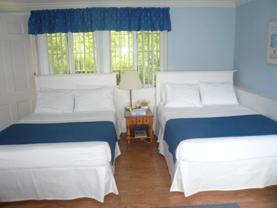 Colonial Inn: Standard Two Double Beds