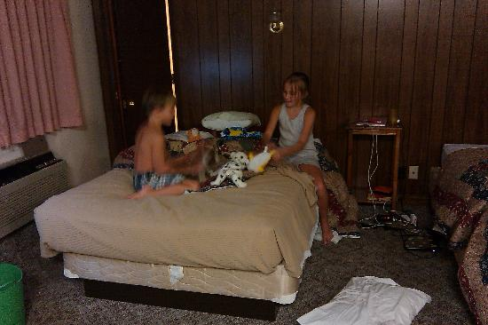 Roaring River Resort & Campground: Playing in Room 39