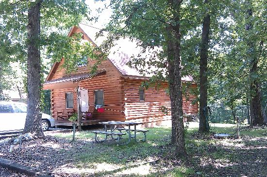 Roaring River Resort & Campground: Cabin in the summertime!