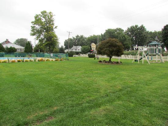 Cherry Lane Motor Inn: Garden and Play Area