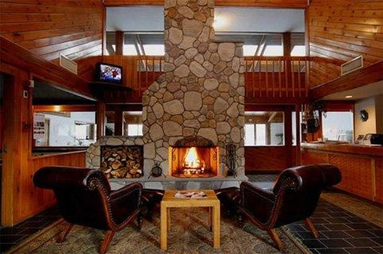 Fireside Inn & Suites at Lake Winnipesaukee: Lobby fireplace