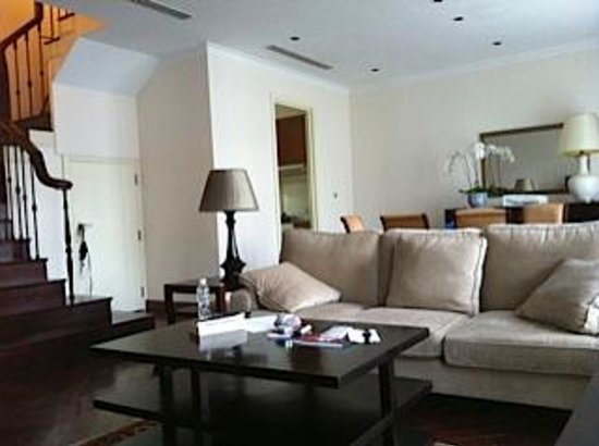 Nguyen Du Park Villas: spacious open plan living room and dining area in BG