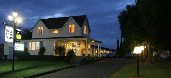 Kings Court Motel: Night view