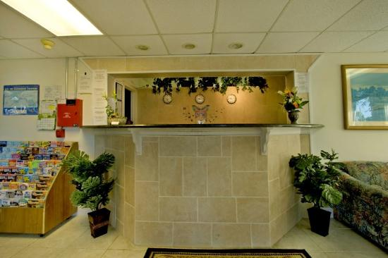 Sunstate Inn & Suites: Front Desk