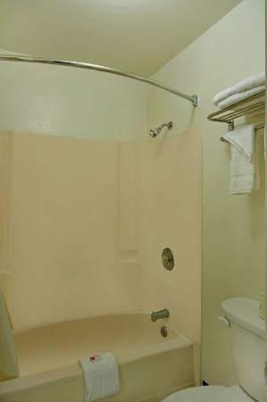 Sunstate Inn & Suites: Bathroom