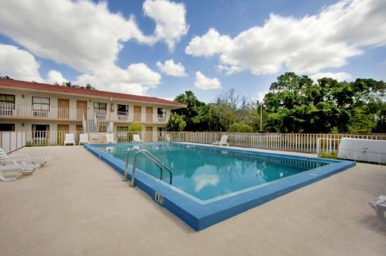 Americas Best Value Inn & Suites: Pool