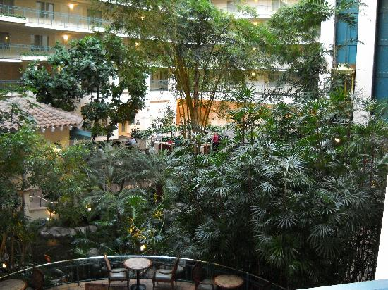 Embassy Suites by Hilton Milpitas Silicon Valley: Atrium were breakfast is served