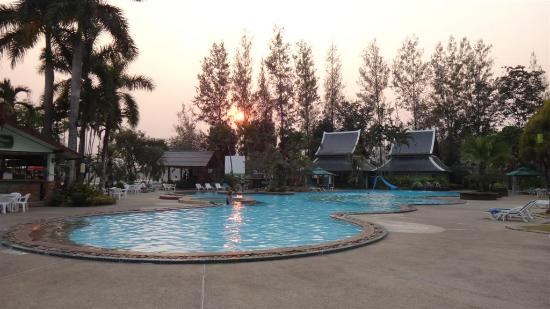 Wiang Indra Riverside Resort: The pool