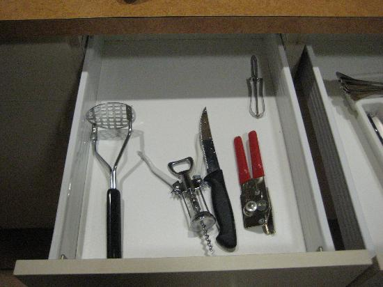 ‪فاكيشن فيلدج آت بونافنتور: Utensil drawer‬