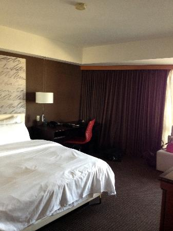 Le Meridien San Francisco: Bed and desk
