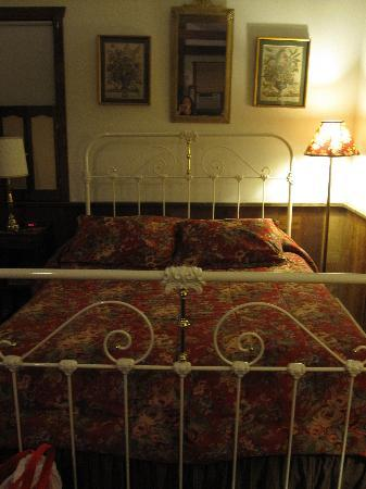 Osceola Mill Restaurant, B&B and Cabins: Mill Store Cabin Bed