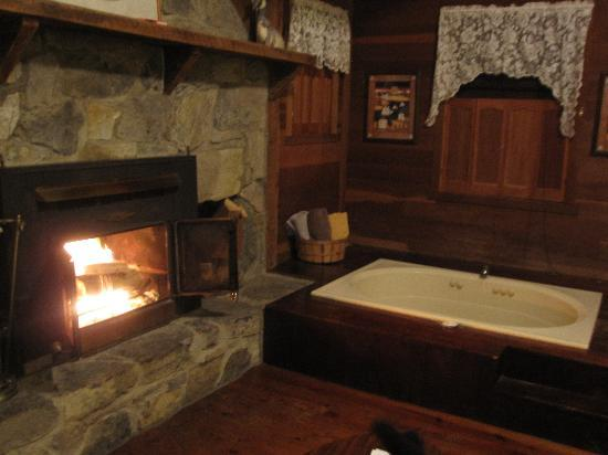 Osceola Mill Restaurant, B&B and Cabins: Fireplace and Jacuzzi