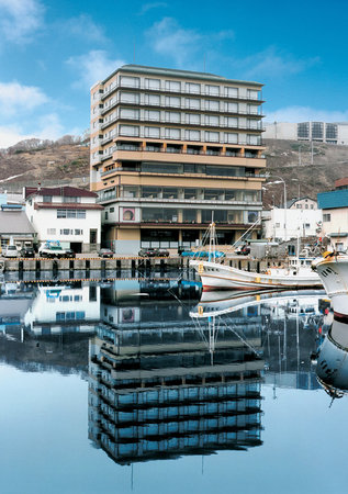 Hana Rebun: 目の前の漁港では、水揚げされたばかりの新鮮な魚介類を見ることができます。