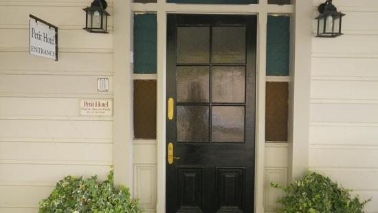 Petit Hotel: entrance door