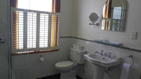 Petit Hotel: bathroom II