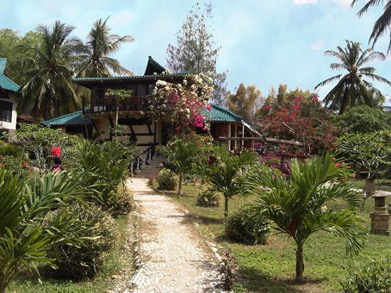 Secret Island Resort: Beach to Garden to Restaurant
