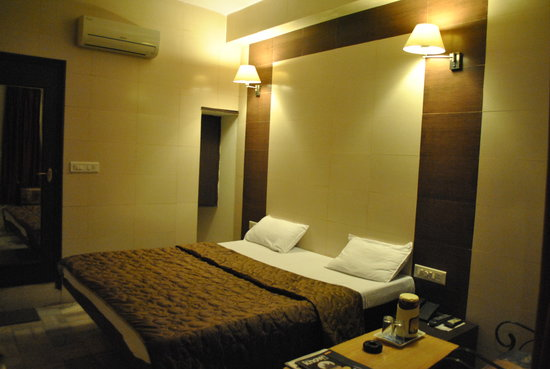 Hotel Golden Deluxe: AC DOUBLE BED ROOM