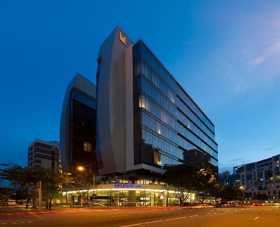 ستوديو إم هوتل: Hotel Facade (night)