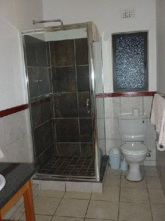 Qunu Falls Lodge: Bathroom 1