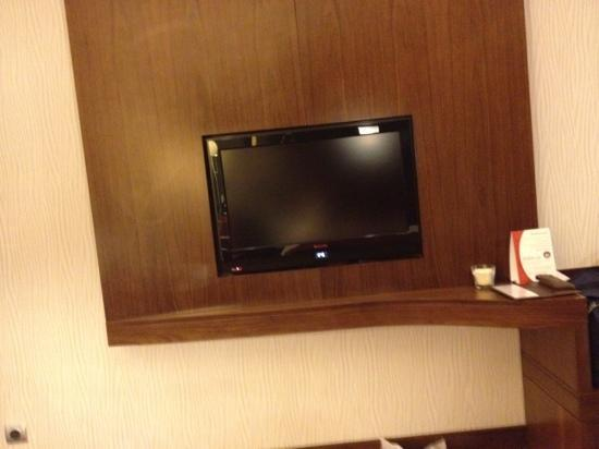 Crowne Plaza Riyadh Minhal: tv