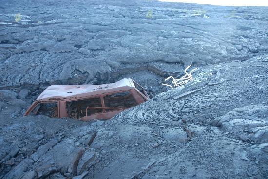 Puʻu ʻOʻo Trail : Burnt out car buried in a lava flow