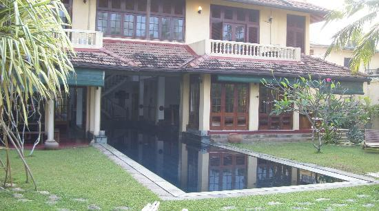 Mount Lavinia House: Pool view from the garden