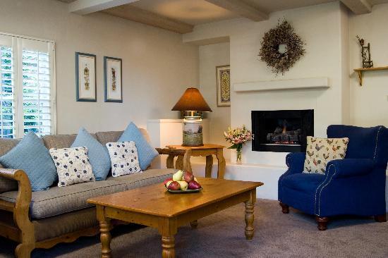 Carmel Country Inn: Deluxe 2 Bedroom 1 Bath Suite Living Room