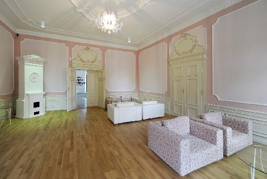 Chateau Heralec - Boutique Hotel & Spa by L'OCCITANE: Pink lounge